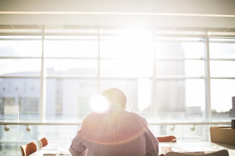 Undgå varme kontorer og fgenskin i skærme med solfilm